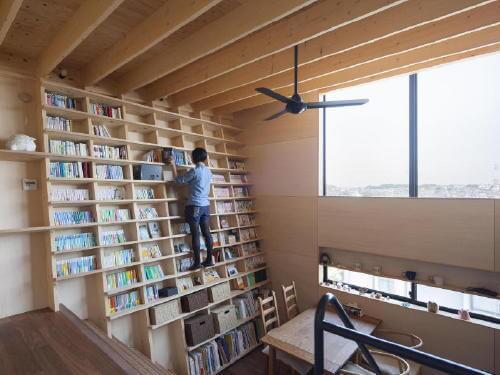 新吉田の家:のぼれる斜め本棚のイエ」 藤井伸介建築設計室