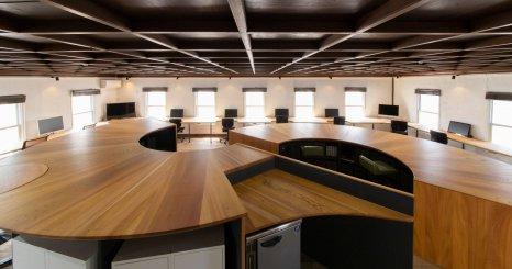 飛騨の森の生命を家具として育てていく 京都オフィスが実験的な設計でリニューアル