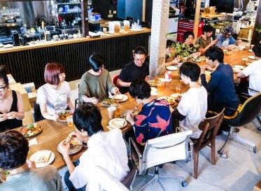 食卓を囲むことでチームになる<br /> 京都ブランチの月イチ社食 「いただきます五条」