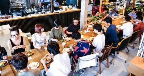食卓を囲むことでチームになる 京都ブランチの月イチ社食 「いただきます五条」