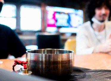 "FabCafe Kyoto 偏愛探訪 vol.3 「Kazuomi Eshima & Masahiko Takeda」 黒帯とターンテーブルと""おりん""で紡ぐ継承と調和"