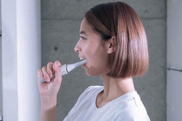 從口腔內部靠近顏面表情肌的美容機器 VISOURIRE
